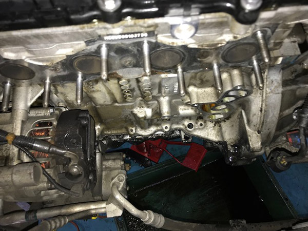 BMW MINI R55 エンジンオイル漏れ